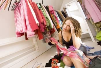 девушка сидит на полу с одеждой