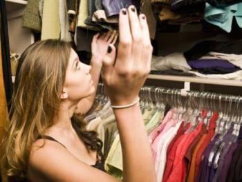 девушка в платяном шкафу ловит моль