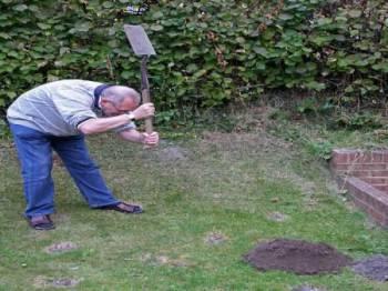 мужик с лопатой охотится на крота